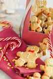 Усмехаясь люди пряника в подарочной коробке с концом-вверх тросточки конфеты Печенья рождества на предпосылке рождества голубой с стоковые фото