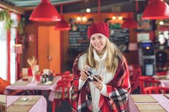 Усмехаясь маленькая девочка с ретро камерой стоковое фото rf