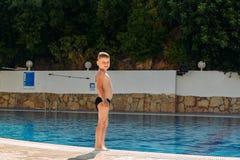 Усмехаясь мальчик в купая хоботах на каникулах стоковая фотография rf