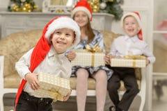 Усмехаясь мальчик держит подарок рождества Стоковое фото RF