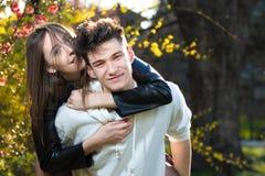 Усмехаясь мальчик носит девушку на задней части, день валентинок Стоковое Изображение RF