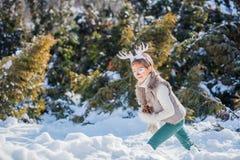 Усмехаясь мальчик с смешными antlers оленя Принципиальная схема праздника стоковая фотография rf
