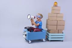 Усмехаясь мальчик управляя синью, автомобилем fanny стоковые изображения rf