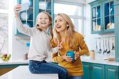 Усмехаясь мать и дочь принимая фото Стоковые Фотографии RF