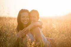 Усмехаясь мать и дочь обнимая один другого Стоковое фото RF
