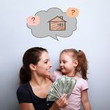 Усмехаясь мать и счастливая дочь обнимая, держащ доллары и g стоковая фотография rf
