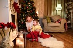 Усмехаясь мать спрашивая, что ее сын дунул вне спичка стоковая фотография