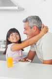 Усмехаясь маленькая девочка дает объятие к ее отцу Стоковые Фотографии RF