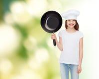 Усмехаясь маленькая девочка в белой пустой футболке Стоковое фото RF