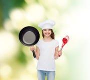 Усмехаясь маленькая девочка в белой пустой футболке Стоковые Фото