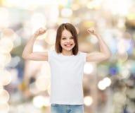 Усмехаясь маленькая девочка в белой пустой футболке Стоковая Фотография