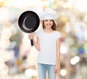 Усмехаясь маленькая девочка в белой пустой футболке Стоковое Изображение RF