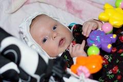 Усмехаясь маленькая девочка в крышке с голубыми глазами стоковая фотография rf