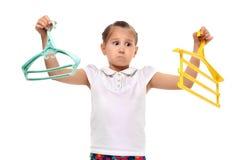 Усмехаясь маленькая девочка держа рубашку в вешалке Отрежьте вне Стоковая Фотография