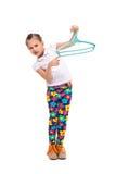 Усмехаясь маленькая девочка держа рубашку в вешалке Отрежьте вне Стоковое Фото