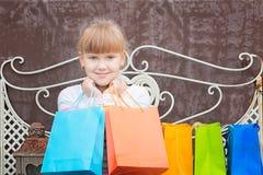 Усмехаясь маленькая девочка после ходить по магазинам Стоковая Фотография RF