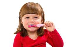 Усмехаясь маленькая девочка чистя teet щеткой Стоковое Фото