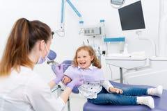 Усмехаясь маленький пациент на дантисте Стоковая Фотография RF