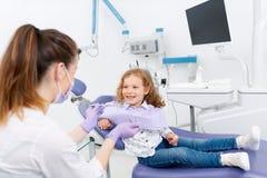 Усмехаясь маленький пациент на дантисте Стоковые Фото