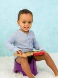 Усмехаясь малыш на горшочке стоковая фотография rf