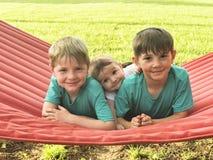 3 усмехаясь мальчика на портрете гамака Стоковое Изображение