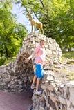 Усмехаясь мальчик в каменном парке Стоковое Изображение