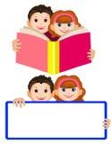 Усмехаясь мальчик и девушка держа открытую книгу дети прочитали мило бесплатная иллюстрация