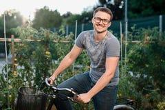 Усмехаясь мальчик на велосипеде в парке на заходе солнца Стоковое Изображение RF