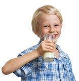 Усмехаясь мальчик около для того чтобы выпить бутылку молока. Стоковое фото RF