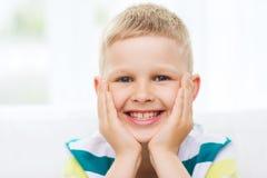 Усмехаясь мальчик дома стоковая фотография rf