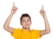 Усмехаясь мальчик показывая его перста вверх Стоковые Изображения RF