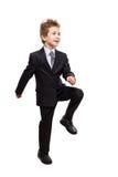Усмехаясь мальчик ребенка бизнесмена идя для следующего достижения шагает стоковые изображения rf