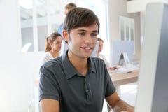 Усмехаясь мальчик студента среди других Стоковое Изображение RF