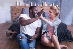 Усмехаясь международные пары забавляя дома Стоковые Фотографии RF