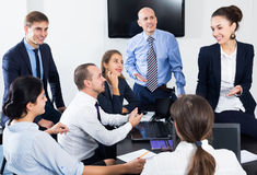 Усмехаясь менеджеры говоря о проекте дела Стоковое фото RF