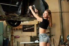 Усмехаясь механизм управления рулем отладки девушки на автомобиле поднимается Стоковое Изображение RF