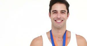 Усмехаясь медаль спортсмена целуя и показывать большой палец руки вверх сток-видео