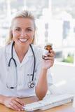 Усмехаясь медсестра держа опарник медицины Стоковая Фотография RF