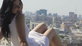 Усмехаясь милая дама, красивая женщина наслаждаясь жизнью в городе, flirting счастьем сток-видео