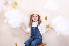 Усмехаясь милая маленькая девочка летает в небо с облаками и звездами Немногое путешественник астролога маленький Концепция presc стоковые изображения