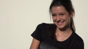 Усмехаясь милая предназначенная для подростков девушка видеоматериал