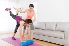 Усмехаясь милый студент девушки делая фитнес дома Стоковые Фото