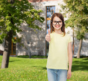 Усмехаясь милая маленькая девочка в черных eyeglasses Стоковое Изображение