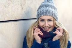 Усмехаясь милая молодая женщина в beanie стоковые фотографии rf