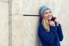 Усмехаясь милая молодая женщина в beanie стоковая фотография rf