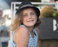 Усмехаясь милое 10-год-старое усаживание девушки Стоковые Изображения
