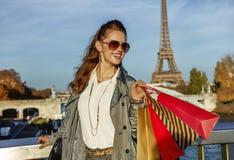 Усмехаясь мод-торговец смотря в расстояние в Париже, Франции стоковое изображение