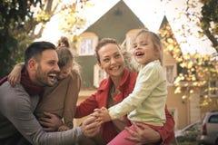 Усмехаясь молодая семья в парке Стоковая Фотография RF