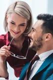 усмехаясь молодые коллеги дела flirting Стоковое Изображение RF