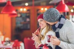 Усмехаясь молодые пары на дате стоковые фотографии rf